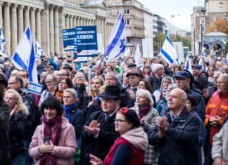 Rund 600 Israelfreunde haben sich am Sonntag auf dem Stuttgarter Schlossplatz versammelt, um ihre Unterstützung für jüdisches Leben in Deutschland und für Israel öffentlich zu zeigen. Foto ICEJ Deutschland