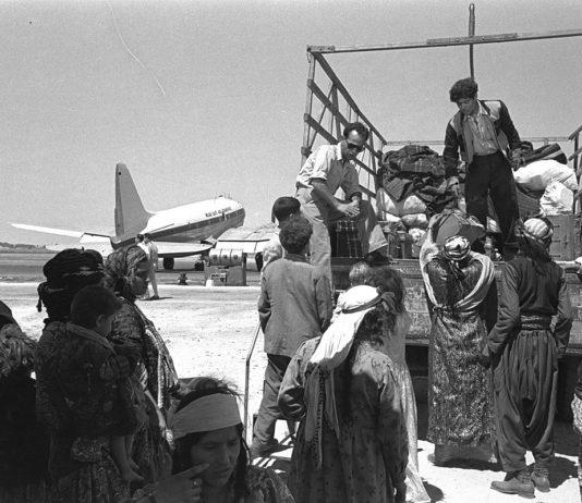 Irakische Juden, die den Flughafen Lod in Israel verlassen, auf dem Weg zum Transitlager Ma'abara, 1951. Foto GPO Israel.