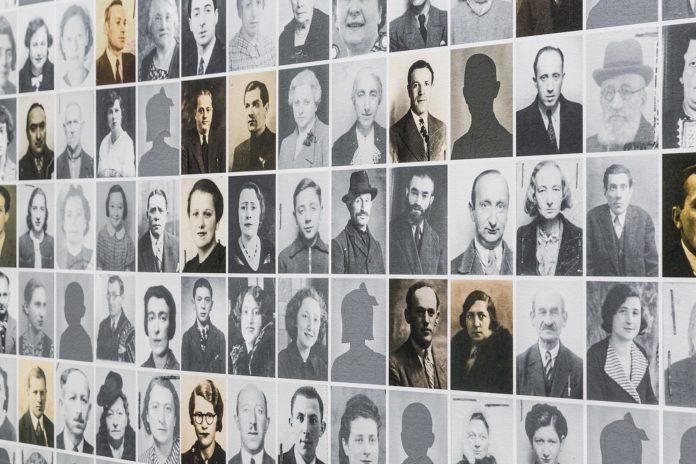 Ausschnitt der Wandgestaltung mit Fotos von Deportierten in der Holocaust-Gedenkstätte Kazerne. Foto Bob.vd , CC BY-SA 4.0, https://commons.wikimedia.org/w/index.php?curid=50887487