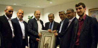 Ein auf Twitter veröffentlichtes Foto zeigt die Anführer der Hamas und ein Mitglied des Politbüros, Mousa Abu Marzook, sowie seine Kollegen Khalil Al-Hayya, Izzt Al-Rashiq und Husam Badran, mit dem malaysischen Premierminister Mahathir Mohamad. Foto Twitter / Qudspress