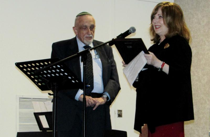 Marcia Abromowitz übergibt die Auszeichnung an Manfred Gerstenfeld. Foto zVg