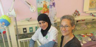 Eine beduinische Pflegerin bei ALEH . Foto zVg