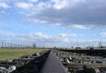 Rampe in Auschwitz-Birkenau in Richtung Hauptgebäude. Foto Diether, CC BY-SA 3.0, https://commons.wikimedia.org/w/index.php?curid=5133158
