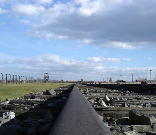 Rampe in Auschwitz-Birkenau in Richtung Hauptgebäude. Foto Diether, CC BY-SA 3.0, https://commons.wikimedia.org/w/index.php?curid=5133158
