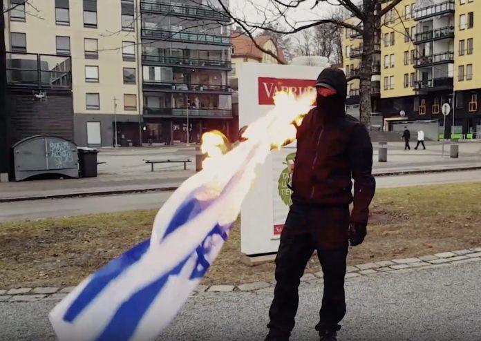 Neonazis in Finnland verbrennen israelische Flagge. Foto Screenshot Video
