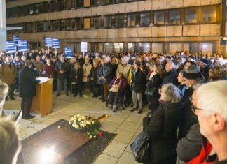 Kranzniederlegung vor der Stuttgarter Synagoge. Foto Levi Dörflinger, ICEJ