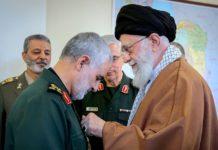 Soleimani erhält von Chamenei einen Orden. Foto Khamenei.ir - http://farsi.khamenei.ir/photo-album?id=41944#i, CC-BY 4.0, https://commons.wikimedia.org/w/index.php?curid=77282895