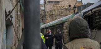 EAPPI-Aktivisten in der Stadt Hebron mit einem Fotografen von B'Tselem. 28. Januar 2019. Foto Dan Raubenehimer/TPS