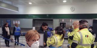 """Freiwillige Helfer des Katastrophenschutzes bei der Gesundheitskontrolle am Flughafen """"Milano Malpensa"""". Foto Dipartimento Protezione Civile - https://www.flickr.com/photos/dpcgov/49496883202/, CC BY 2.0, https://commons.wikimedia.org/w/index.php?curid=87420235"""