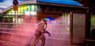 Feuerwehrleute der israelischen Feuerwehr- und Rettungsbehörde in Schutzanzügen desinfizieren öffentliche Bereiche in der Stadt Rishon Leziyyon am 15. März 2020. Foto Kobi Richter/TPS