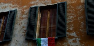 "Eine italienische Flagge mit dem Slogan ""Andrà tutto bene"" (""Alles wird gut""). Foto Pietro Luca Cassarino, https://www.flickr.com/photos/184568471@N07/49689932383/, CC BY-SA 4.0, https://commons.wikimedia.org/w/index.php?curid=88461537"