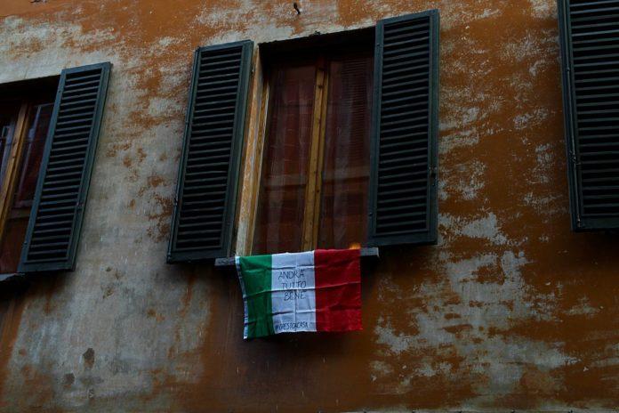 Eine italienische Flagge mit dem Slogan