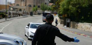 Polizist am Eingang zum Stadtviertel Har Nof in Jerusalem. Foto Yehonatan Valtser/TPS
