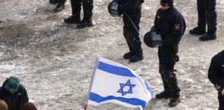 Zeigen einer Israelflagge bei einer Demonstration, 2013. Foto Fatelessfear, CC BY-SA 3.0, https://commons.wikimedia.org/w/index.php?curid=27467260