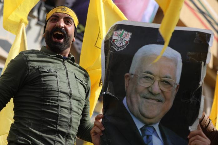 Kundgebung in Gaza-Stadt anlässlich des 55. Jahrestags der Gründung der Fatah-Bewegung, 1. Januar 2020. Auf dem Poster Mahmud Abbas, seit November 2004 Vorsitzender der Palästinensischen Befreiungsorganisation (PLO), seit dem 15. Januar 2005 Präsident der Palästinensischen Autonomiebehörde und seit dem 23. November 2008 Präsident des Staates Palästina. Foto Majdi Fathi/TPS