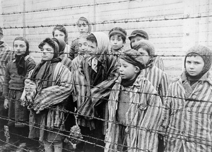 Kinder während der Befreiung im KZ Auschwitz im Januar 1945. Foto USHMM/Belarusian State Archive of Documentary Film and Photography. http://collections.ushmm.org/search/catalog/pa14532, Public Domain, https://commons.wikimedia.org/w/index.php?curid=17282223