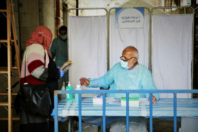 Eine Patientin kommt zur Untersuchung in die Coronavirus-Teststation auf dem Gelände der Maccabi Klinik in der Al-Isfahani-Strasse in Jerusalem, 1. April 2020. Foto Yehonatan Valtser/TPS