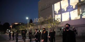 Les Israéliens assistent à une cérémonie de commémoration de l'Holocauste sur la place Habima à Tel-Aviv, alors qu'Israël célèbre chaque année la Journée de commémoration de l'Holocauste. Le 20 avril 2020. Foto Flash90