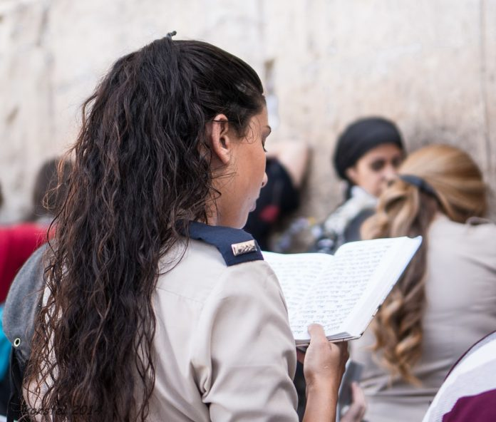 Betende an der Klagemauer in Jerusalem. Foto לנה קונסטנטינובה, CC BY-SA 3.0, https://commons.wikimedia.org/w/index.php?curid=36058410