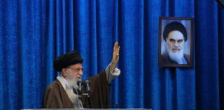 Ajatollah Ali Khamenei. Oberbefehlshaber der iranischen Streitkräfte und das Staatsoberhaupt des Iran. Foto Khamenei.ir - http://farsi.khamenei.ir/photo-album?id=44693#i, CC BY 4.0, https://commons.wikimedia.org/w/index.php?curid=86117971