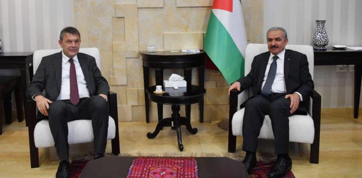 Der palästinensische Premierminister Mohammad Schtajjeh mit dem neuen UNRWA-Generalkommissar Philippe Lazzarini am 3. Juni 2020 in Ramallah. Foto imago images / ZUMA Wire