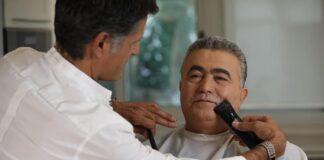 Amir Peretz wird der Schnurrbart abrasiert. Foto https://www.facebook.com/Peretz.Amir