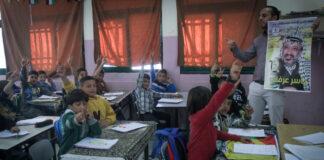 Ein palästinensischer Lehrer hält an der Mädchenschule Salem einen Vortrag über das Leben des verstorbenen Palästinenserführers Jassir Arafat. Foto Nasser Ishtayeh/Flash90.