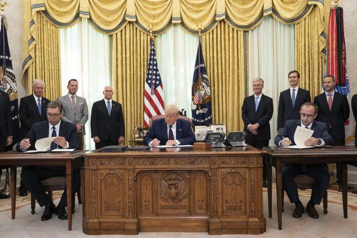 Präsident Donald J. Trump nimmt an der Unterzeichnungszeremonie mit dem serbischen Präsidenten Aleksandar Vučić und dem kosovarischen Premierminister Avdullah Hoti am Freitag, 4. September 2020, im Oval Office des Weißen Hauses teil. Offizielles Foto des Weissen Hauses von Joyce N. Boghosian.