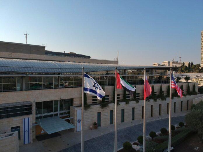 Die vier Flaggen, die heute über dem israelischen Aussenministerium wehen. Foto גבי אשכנזי - Gabi Ashkenazi / Twitter.com