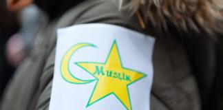 """Symbol ähnlich dem sog. Judenstern getragen am """"Marsch gegen Islamophobie"""" in Paris im November 2019, organisiert von der Muslimbruderschaft nahestehenden Personen. Foto imago images / Hans Lucas"""