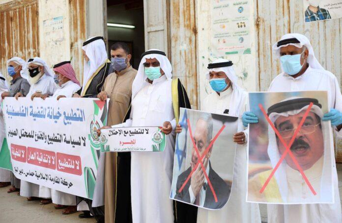 Palästinenser in Gaza mit Portraits des bahrainischen Königs, des US-Präsidenten und des israelischen Premierministers am 12. September 2020 bei einem Protest gegen die Normalisierung der Beziehungen zwischen Israelis und Bahrain. Foto imago images / ZUMA Wire