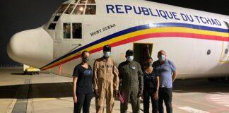 Von links: Maya Zuckerman, COO Israeli Flying Aid; die zwei Piloten des vom Tschad gesandten Transportflugzeugs; IFA-CEO Gal Lusky; und Itai Melchior von der Aussenhandelsverwaltung des israelischen Ministeriums für Wirtschaft und Industrie. Foto mit freundlicher Genehmigung der IFA.