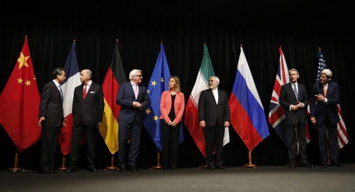 Atomdeal mit dem Iran: Einigung in Wien am 14 Juli 2015. Von links nach rechts: Außenminister/Staatssekretäre Wang Yi (China), Laurent Fabius (Frankreich), Frank-Walter Steinmeier (Deutschland), Federica Mogherini (EU), Mohammad Javad Zarif (Iran), Philip Hammond (Großbritannien), John Kerry (USA). Foto Bundesministerium für Europa, Integration und Äusseres - Iran Talks, CC BY 2.0, https://commons.wikimedia.org/w/index.php?curid=41591579