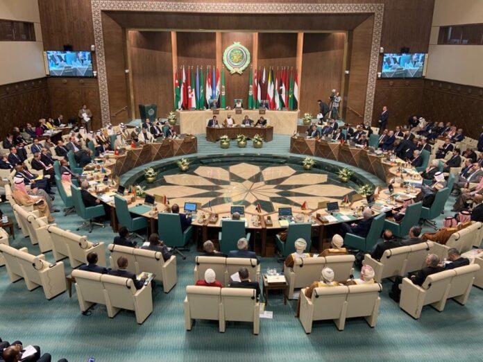 Plusieurs factions palestiniennes ont exhorté les représentants palestiniens à quitter la Ligue arabe pour protester contre le refus des pays arabes de condamner la normalisation avec Israël. Début septembre, les ministres des Affaires étrangères de la Ligue arabe ont refusé d'approuver un projet de résolution palestinien condamnant les Émirats arabes unis pour leur décision de faire la paix avec Israël. Photo : les ministres arabes des Affaires étrangères lors d'une réunion de la Ligue arabe au Caire, en Égypte, le 4 mars 2020. Foto Facebook / Arab.League