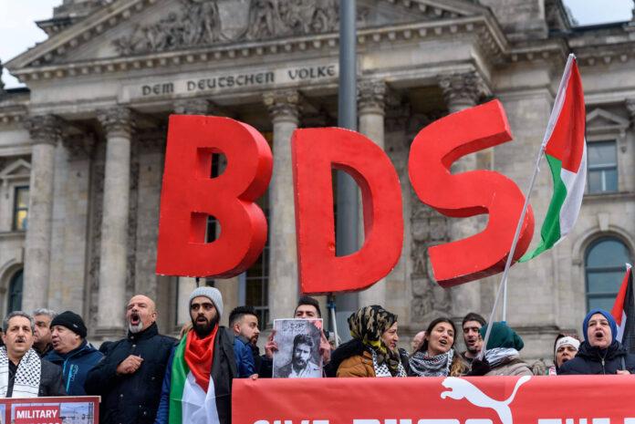 Anhänger der BDS-Kampagne (Boycott, Divestment and Sanctions) protestieren mit einer Kundgebung vor dem Berliner Reichstagsgebäude gegen den Beschluss des deutschen Bundestags von 17. Mai 2019 mit dem Titel: