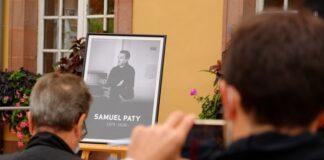 Gedenkfeier für den Geschichts- und Erdkundelehrer Samuel Paty (ermordet in Conflans Saint-Honorine am Freitagabend, 16. Oktober 2020), am 21. Oktober 2020, vor dem Rathaus von Belfort. Foto Thomas Bresson, CC BY 4.0, https://commons.wikimedia.org/w/index.php?curid=95284682