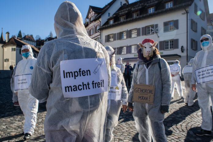 Ein Schild mit der Aufschrift «Impfen macht Frei», fotografiert in St. Gallen am Samstag, 14. November. Foto zVg