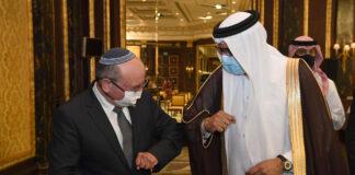 Der bahrainische Aussenminister Abdullatif bin Rashid al-Zayani und der israelische Nationale Sicherheitsberater Meir Ben Shabbat bei der feierlichen Unterzeichnung des Friedensabkommens zwischen Israel und Bahrain am 18. Oktober 2020 in Manama. Foto Haim Zach / GPO