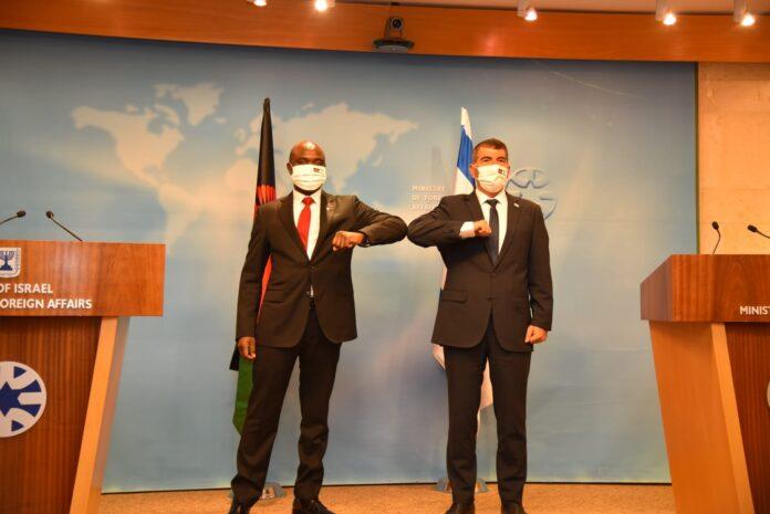 Der israelische Aussenminister Gabi Ashkenazi, rechts, und sein malawischer Amtskollege, Eisenhower Mkaka, in Jerusalem, 3. November 2020. Foto Avo Ohayun/GPO