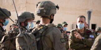 """IDF-Stabschef Aviv Kohavi, rechts, spricht zu Soldaten der IDF """"Ghost-Unit"""". Foto Israelische Verteidigungsstreitkräfte (IDF)."""