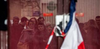 Nach den Anschlägen von Paris kamen die ganze Nacht hindurch viele Menschen, um auf der Place de la Republique, der Rue Bichat oder dem Faubourg du Temple Kerzen anzuzünden, Schriftstücke oder Blumen zu platzieren. Paris 16. Novemeber 2015. Foto imago images / Le Pictorium