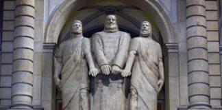 Die drei Eidgenossen in der Kuppelhalle im Bundeshaus Bern. Foto Parlamentsdienste / Béatrice Devènes. CC BY-NC-ND