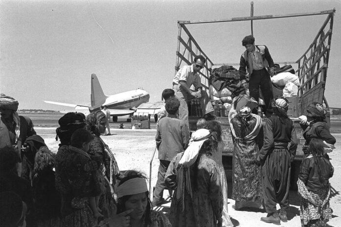 Irakische Juden verlassen den Flughafen Lod (Israel) auf ihrem Weg zum Ma'abara-Transitlager (1951). Foto Goverment Press Office, Gemeinfrei, https://commons.wikimedia.org/w/index.php?curid=3368342