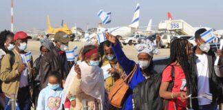 Die neuen Olim am Flughafen Ben Gurion. Foto Eitan-Barak Elhadaz/TPS