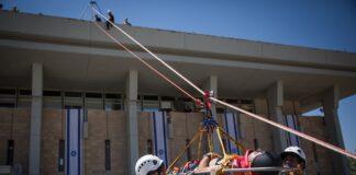 Mitglieder der Ehrengarde der Knesset, des Heimatfrontkommandos, der Feuerwehr, der IDF, der israelischen Polizei und des Magen David Adom Emergency Medical Services nahmen 2017 an einer Notfallübung teil, bei der ein Erdbeben in der Knesset simuliert wird. Foto Hadas Parush/Flash90