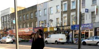 Frau im Niqab, Seven Sisters Road, London N7. Foto Sevensisters, CC0, https://commons.wikimedia.org/w/index.php?curid=22734279