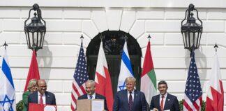 Le président Donald J. Trump, le ministre des affaires étrangères du Bahreïn, Dr Abdullatif bin Rashid Al-Zayani, le premier ministre israélien Benjamin Netanyahu et le ministre des affaires étrangères des Émirats arabes unis, Abdullah bin Zayed Al Nahyanisigns, signent les accords d'Abraham le mardi 15 septembre 2020 sur la pelouse sud de la Maison-Blanche. (Photo officielle de la Maison Blanche par Shealah Craighead)