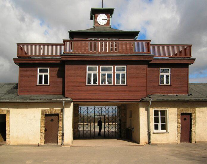Eingangstor zum KZ Buchenwald. Foto Andreas Trepte, CC BY-SA 2.5, https://commons.wikimedia.org/w/index.php?curid=737769