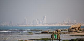 Soldaten säubern den Strand von Palmachim , nachdem ein Ölteppich einen Grossteil der israelischen Küste überschwemmt hat, 22. Februar 2021. Foto Yonatan Sindel/Flash90