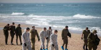 Soldaten am Strand von Palmachim, nachdem ein Ölteppich den grössten Teil der israelischen Küste verschmutzt hat, 22. Februar 2021. Foto Yonatan Sindel/Flash90